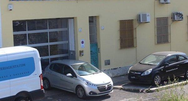 Carrozzeria Roma facciata con insegna www.carrozzeriagiusta.com auto e furgone sostitutivo.