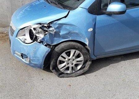 gestione sinistri foto del opel agila incidentata , faro rotto parafango anteriore sinistro e paraurti anteriore distrutto, ruota anteriore sinistro a terra