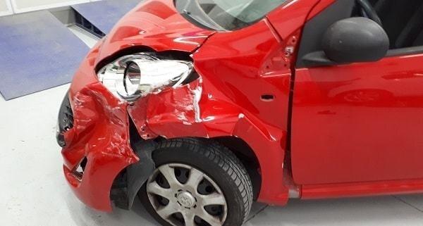 sinistro stradale foto del Citroen C1 rosso e incidentato in Carrozzeria Giusta